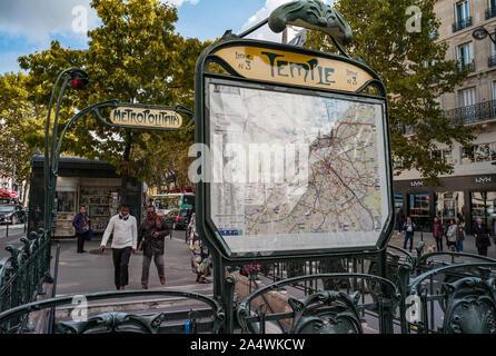 Paris, Frankreich, 3. Oktober, 2019: Die Menschen verlassen Tempel U-Bahn Haltestelle in der Nähe von Place de la République in Paris - Stockfoto