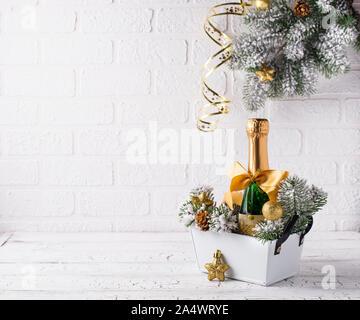 Flasche Champagner in einem gold-Wrapper - Stockfoto