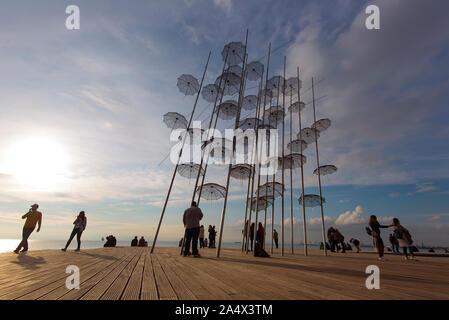 THESSALONIKI - 18.November: Schirme am Wasser in Thessaloniki, Thessaloniki sonnenschirme Skulptur am 18. November. 2017 in Griechenland - Stockfoto