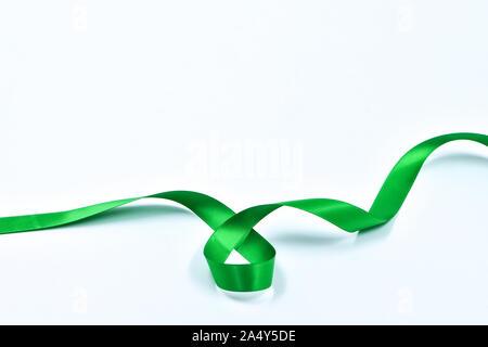 Curly Farbband grün auf weißem Hintergrund, dekorative Elemente - Stockfoto