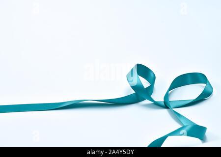 Aquamarin curly Band auf weißem Hintergrund, dekorative Elemente - Stockfoto