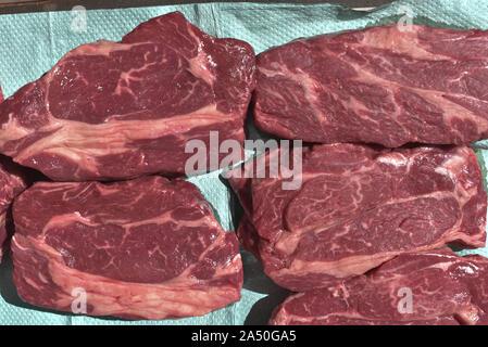 Prime raw Rib-eye-Steak. Rohes Rindfleisch Steaks. rohes Rindfleisch Steaks sind auf Papier eingeklemmt, überschüssige Flüssigkeit zu entfernen. Gegrillte Steaks - Stockfoto