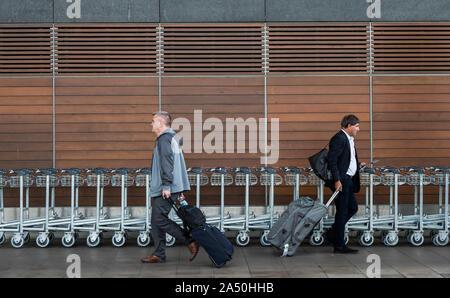 Flughafen Cork, Irland - 25. September 2019: Passagiere mit Gepäck zu Fuß zum und vom Parkplatz in Cork Airport - Stockfoto