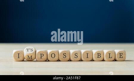 Wort unmöglich geschrieben auf Holz Würfel mit dem zweiten Drehen der möglichen Zeichen zu buchstabieren. - Stockfoto