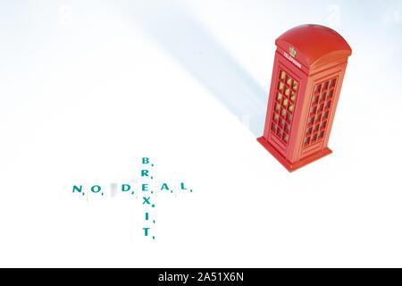 UK No Deal Brexit. Die Worte heraus auf einen weißen Hintergrund mit einem englischen Telefonzelle geschrieben. Brexit Konzept - Stockfoto