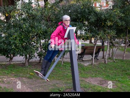 Ältere Frau genießen Sie im öffentlichen Freibad Fitnessraum im City Park - Stockfoto