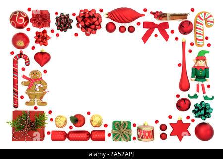 Weihnachten festliche Hintergrund Grenze mit Christbaumschmuck, Symbole und lose Stechpalme Beeren auf weißem Hintergrund mit kopieren. - Stockfoto