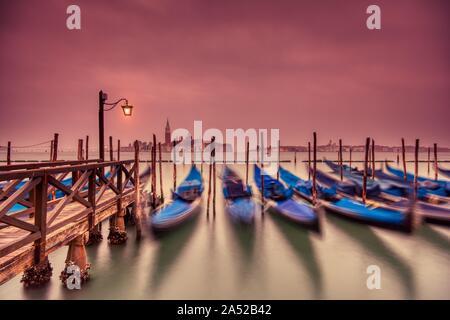Die Gondeln von Saint Mark Square am Grand Canal in der Morgendämmerung in Venedig, Italien, Europa günstig. Lange Belichtung. - Stockfoto