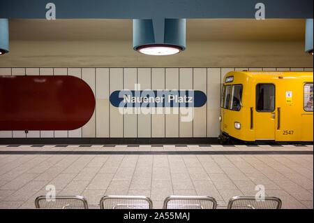 Berlin. Deutschland. Nauener Platz, auf der U9 Line verwendet die Schrift Helvetica. Nauener Platz U-Bahnhof (U-Bahn U-Bahn station) durch deutsche Architekten - Stockfoto