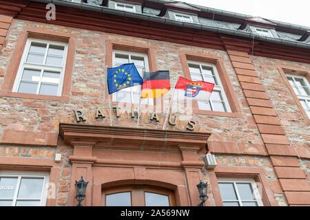 Symbole, Deutschland, Hessen, 63505 Langenselbold, Rathaus, Oktober 09. Das Rathaus in Langenselbold mit der Europaeischen, der deutschen und der Hessisch - Stockfoto