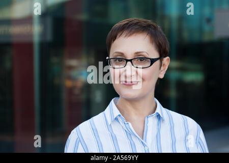 Business woman portrait. Professional headshot von mittleren Alters ältere Frau 40 50 Jahre alte Brille trägt. - Stockfoto