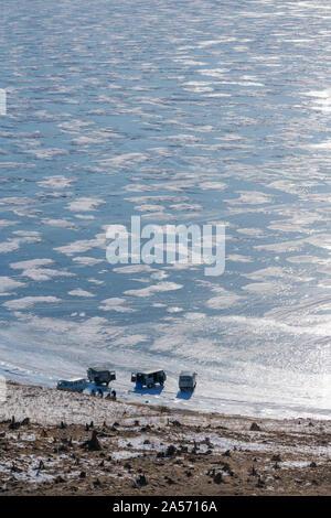 Gruppe von Reisenden, Parkplatz auf dem zugefrorenen Baikalsee in Sibirien im Winter - Stockfoto