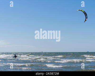 Kite Surfer an der holländischen Nordsee Strand in der Nähe von Katwijk, Niederlande. - Stockfoto