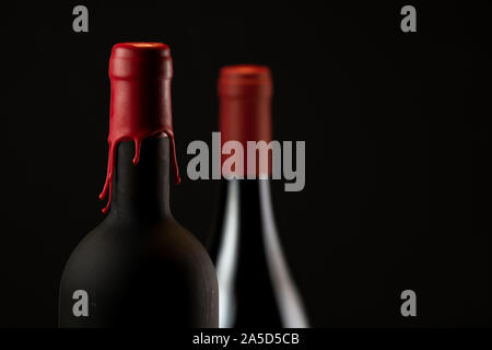 Eingestellt von Kragen rot Wein Flaschen auf schwarzem Hintergrund - Stockfoto