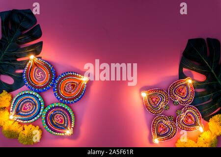 Indian festival Diwali, Diya Öllampen beleuchtet auf bunten rangoli. Hindu traditionell. Happy Deepavali. Kopieren Sie Platz für Text. - Stockfoto