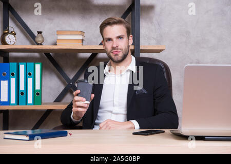 Sicher Mann mit Laptop. Unternehmerische Entscheidung. Business Lunch. Geschäftsmann Kaffee zu trinken. Chef am Arbeitsplatz. Schöner Mann im Büro. Bei einer Tasse frischen Kaffee inspiriert. Ceo head Office Konzept. - Stockfoto