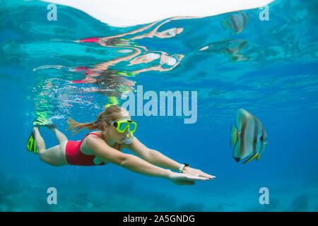 Happy Family - aktive Frau in Schnorcheln Maske Tauchen Unterwasser, tropische Fische im Korallenriff Meer Pool. Reisen Abenteuer, Schwimmen Aktivität. - Stockfoto