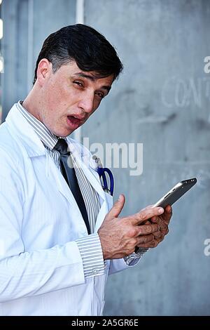 Goofy männlicher Arzt tragen Laborkittel - Stockfoto