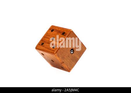 Puzzle Magic Cube dreidimensionales Labyrinth. Holzwürfel mit einer metallischen Kugel auf einem weißen Hintergrund. Puzzle Konzept. Kopieren Sie Platz. - Stockfoto