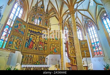 HALLSTATT, Österreich - 25. FEBRUAR 2019: Die Apsis von Maria am Berg Pfarrkirche mit seinen beiden berühmten altarbilder - Kreuzaltar und Marienaltar mit Intr - Stockfoto
