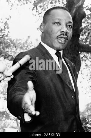 Martin Luther King, Jr. auf einer Pressekonferenz außerhalb der Gracie Mansion (Bürgermeister von New York City Residence) in New York City am 30. Juli 1964. - Stockfoto