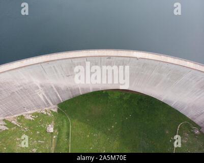 Eine Luftaufnahme eines Schweizer engineered Dam - Stockfoto