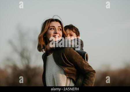 Portrait der glücklichen Mutter und Sohn Ausgabe Zeit zusammen im Herbst Spaziergang