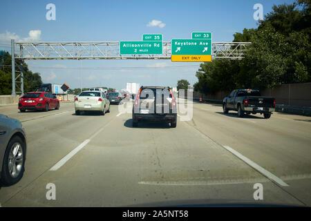 Fahrt entlang der Interstate I-465 um indianapolis bei rush hour Annäherung an der Ausfahrt mit Overhead zeichen Indiana USA - Stockfoto