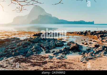 Rocky Beach bei Ebbe im Morgenlicht vor erstaunlichen Cadlao Island, El Nido, Palawan, Philippinen - Stockfoto