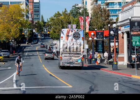 Victoria, British Columbia, Kanada. Das Leben in der Stadt und den Verkehr in der Innenstadt auf Douglas Street. - Stockfoto