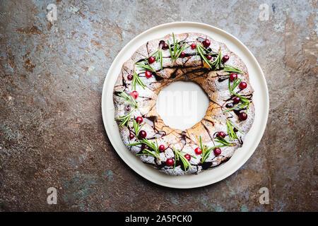 Preiselbeeren bundt Cake mit Schokolade und Orange auf einem weißen Teller. Hausgemachte Herbst und Winter gemütliches Dessert auf rustikalen Tabelle, Ansicht von oben - Stockfoto