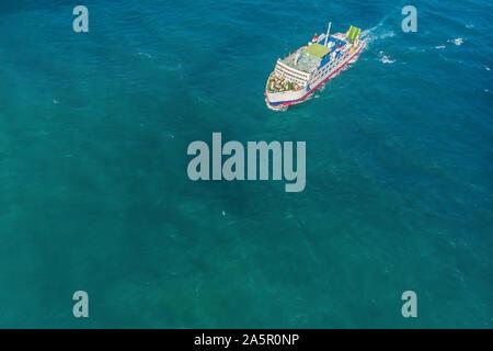 Antenne Fähre im Meer an einem sonnigen Tag blue water - Stockfoto