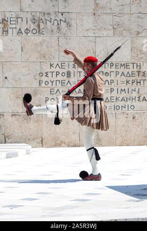 Die Präsidentengarde handelt es sich um einen zeremoniellen Infanterie Einheit, Bewacht das Grab des Unbekannten Soldaten und die Presidential Villa in Athen, Griechenland - Stockfoto