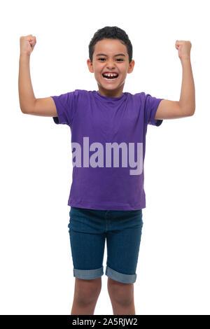 Eine glückliche junge Sieger Boy feiert seinen Erfolg, Hände hoch isoliert auf weißem Hintergrund - Stockfoto