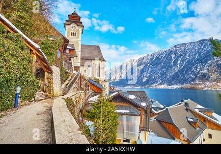 Die gekrümmte schmale Kirchenweg Straße führt zu der Maria am Berg Pfarrkirche (Kirche), am Salzberg Berghang gelegen, mit Blick auf die Dächer der Stadt und - Stockfoto