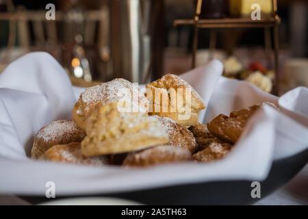Köstliches aus der Nähe von Scones aus der Nähe Eynsham in einem weißen Serviette. Exquisite englische Bäcker essen. Denkmalgeschützte Villa in der Nähe von North Leigh in der Nähe von Oxford - Stockfoto
