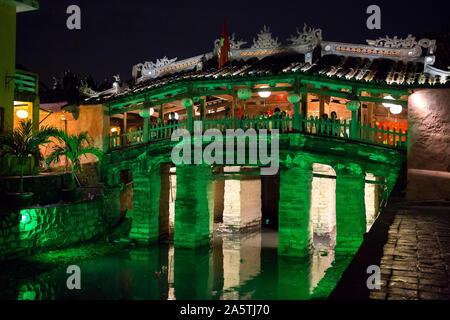 Die japanische Brücke leuchtet grün leuchtet in der Nacht in Hoi An.