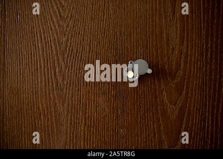 Türspion auf Holz Korn alte Tür in England - Stockfoto