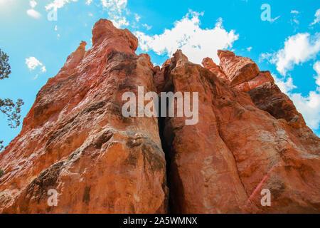 Wunderschöne Bryce Canyon National Park in Utah, USA. Orange Felsen, blaue Himmel. Riesige natürliche Amphitheater und Hoodoos Formationen. Einen herrlichen Panoramablick f - Stockfoto