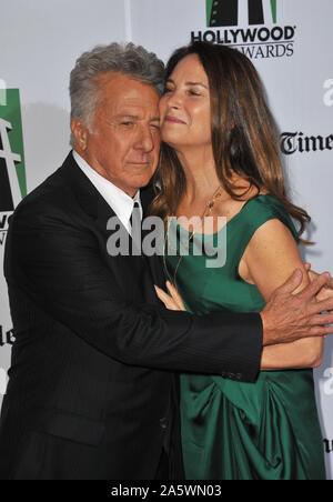 LOS ANGELES, Ca. Oktober 22, 2012: Dustin Hoffman & Frau Lisa auf der 16. jährlichen Hollywood Film Awards im Beverly Hilton Hotel. © 2012 Paul Smith/Featureflash - Stockfoto