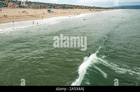Luftaufnahme von bodyboarder Reiten eine Welle am Manhattan Beach in Los Angeles County, Kalifornien. (USA) - Stockfoto