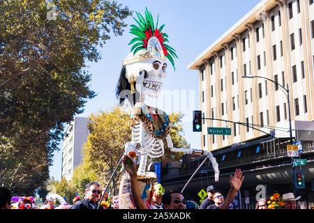 Oktober 20, 2019 San Jose/CA/USA - die Teilnehmer am Tag der Toten (Dia de Los Muertos) Prozession in South San Francisco Bay - Stockfoto