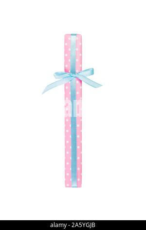 Weihnachten oder anderen Urlaub handmade in rosa Papier mit blauer Schleife. Auf weißem Hintergrund, Ansicht von oben. thanksgiving Geschenkbox Konzept. - Stockfoto