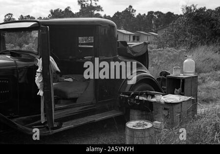Auto von landwirtschaftlichen Wanderarbeitnehmer verwendet; das Heck wurde als ein Bett, in der Nähe von Winter Haven, Florida 19370101 behoben. - Stockfoto