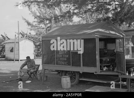 Einbeinige Medizinmann lagerten mit Migrationshintergrund Obst und Gemüse Arbeitnehmer bei Belle Glade, Florida, datiert 19370101 - Stockfoto