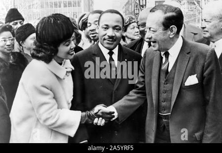 Bürgermeister Wagner von New York begrüßt Dr. und Frau Luther King, Jr. am Rathaus 1964. Robert Ferdinand Wagner II (20. April 1910 - 12. Februar 1964