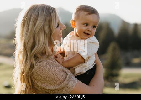 Mutter mit ihrem kleinen Sohn auf eine Wanderung, Schwaegalp, Nesslau, Schweiz - Stockfoto
