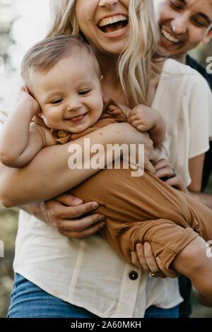 Glückliche Mutter ihren kleinen Sohn im Freien umarmen - Stockfoto