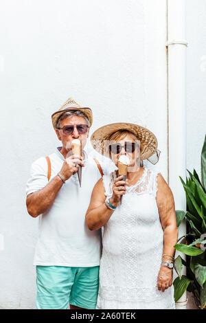 Senior touristische Paar essen ein Eis - Stockfoto
