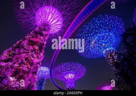 Die Supertrees der Gärten durch die Bucht mit hohen Gang, in der Nacht, Singapur, Südostasien, Asien - Stockfoto